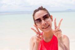 Mooi Meisje met Reis en Vakantie op Strand het genieten van Royalty-vrije Stock Afbeelding