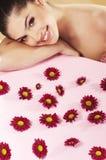 Mooi meisje met rode bloem Royalty-vrije Stock Afbeeldingen