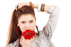 Mooi meisje met rode bloem dichtbij lippen Stock Afbeeldingen