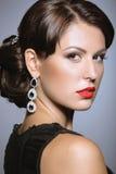 Mooi meisje met rode lippen in zwarte kleren in de vorm van retro Het Gezicht van de schoonheid Stock Foto