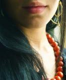 Mooi meisje met rode parels Royalty-vrije Stock Foto's