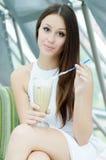 Mooi meisje met romige koffie Stock Afbeeldingen