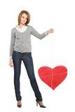 Mooi meisje met rood begrensd hart Stock Foto