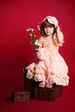 Mooi meisje met roze bloem en hoed Royalty-vrije Stock Foto