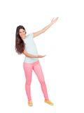 Mooi meisje met roze broek die iets met haar wapens tonen Royalty-vrije Stock Fotografie