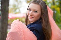 Mooi meisje met roze sjaal Stock Foto