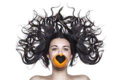 Mooi meisje met sinaasappel royalty-vrije stock foto's