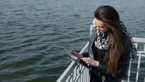 Mooi meisje met tablet op het strand stock video