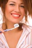 Mooi meisje met tooth-brush dat op wit wordt geïsoleerdj Stock Foto