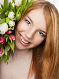 Mooi meisje met tulpen Stock Afbeelding