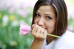 Mooi meisje met tulpenbloemen Royalty-vrije Stock Afbeeldingen