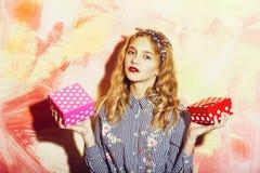 Mooi meisje met twee rode en roze dozen van de polkadotgift stock afbeeldingen