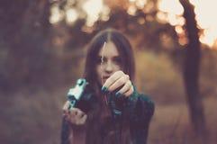 Mooi meisje met uitstekende camera in bos Stock Foto's