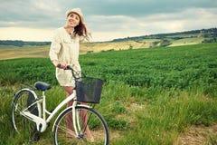 Mooi meisje met uitstekende fiets openlucht, de zomertijd van Toscanië stock foto