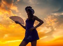 Mooi meisje met ventilator en hoed openlucht Stock Foto