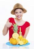 Mooi meisje met vers fruit oranje citroensap Royalty-vrije Stock Foto's