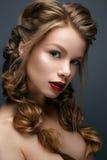 Mooi meisje met vlechten en zachte make-up nude Schoonheidsmodel met heldere rode lippen royalty-vrije stock afbeelding