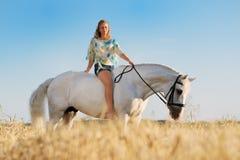Mooi meisje met wit paard op gebied Royalty-vrije Stock Foto's