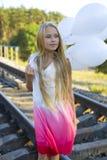 Mooi meisje met witte ballons Royalty-vrije Stock Afbeeldingen