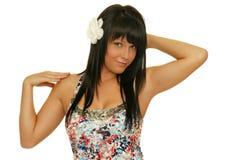 Mooi meisje met witte bloem in haar haar Stock Afbeeldingen