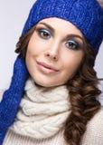 Mooi meisje met zachte make-up, krullen en glimlach Stock Foto