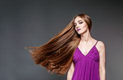 Mooi meisje met zeer lang haar Het de conceptenmodel en schoonheid Stock Afbeelding