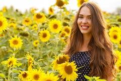 Mooi meisje met zonnebloemen Royalty-vrije Stock Foto's