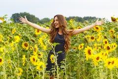 Mooi meisje met zonnebloemen Royalty-vrije Stock Foto