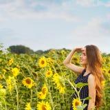 Mooi meisje met zonnebloemen Stock Foto