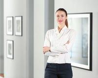 Mooi meisje in moderne galerij stock afbeeldingen