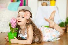 Mooi meisje n een studiodecoratie van de lentepasen Royalty-vrije Stock Foto's