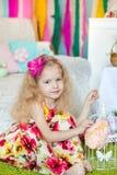 Mooi meisje n een studiodecoratie van de lentepasen Royalty-vrije Stock Afbeelding
