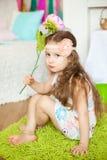 Mooi meisje n een studiodecoratie van de lentepasen Stock Foto