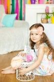 Mooi meisje n een studiodecoratie van de lentepasen Stock Fotografie