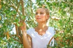 Mooi meisje in olijftuin stock afbeelding