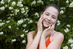 Mooi meisje onder bloemen Royalty-vrije Stock Afbeeldingen