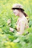 Mooi meisje onder de bloemen Royalty-vrije Stock Foto