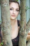Mooi meisje onder de bomen Royalty-vrije Stock Afbeelding