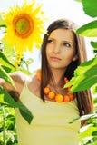 Mooi meisje onder de zonnebloemen Royalty-vrije Stock Foto's