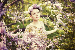 Mooi meisje onder een de lentebloesem Royalty-vrije Stock Afbeelding