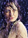 Mooi meisje onder een regen royalty-vrije stock afbeelding