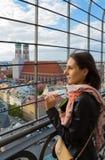 Mooi meisje op de achtergrond van Frauenkirche Royalty-vrije Stock Fotografie