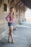 Mooi meisje op de oude boerderij Stock Fotografie
