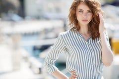Mooi meisje op de pijler naast de jachtclub royalty-vrije stock afbeelding