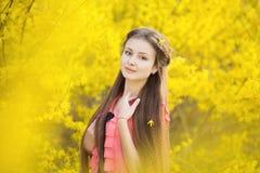Mooi meisje op een achtergrond van geel Stock Foto