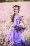 Mooi meisje op een gebied van lavendel op zonsondergang Royalty-vrije Stock Afbeeldingen