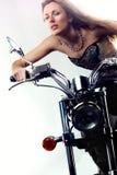 Mooi meisje op een motor. Stock Afbeeldingen