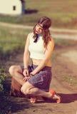 Mooi meisje op een weg Stock Foto's