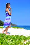 Mooi meisje op het alleen strand Royalty-vrije Stock Afbeelding