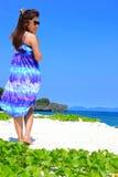 Mooi meisje op het alleen strand Royalty-vrije Stock Foto